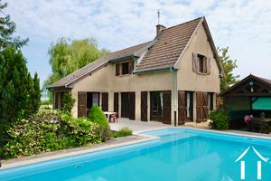 Belle résidence avec piscine dans village viticole