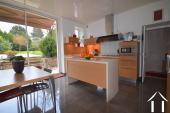 cuisine aménagée moderne, avec accès au jardin