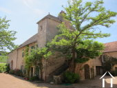 <en>character winemakers house seen from the courtyard</en>