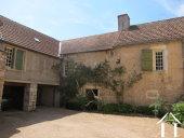 <en>sheltered courtyard</en>