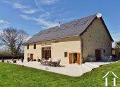 Grange rénovée en grande maison de luxe avec piscine