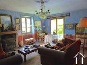 Salon avec fenêtres sur 3 côtés et cheminée