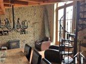 gîte avec poele à bois et grandes portes fenetres