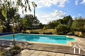 beau jardin à coté de la piscine