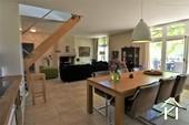grand salon et cuisine salle à manger avec porte-fenêtres