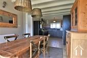 la cuisine équipée et la salle à manger